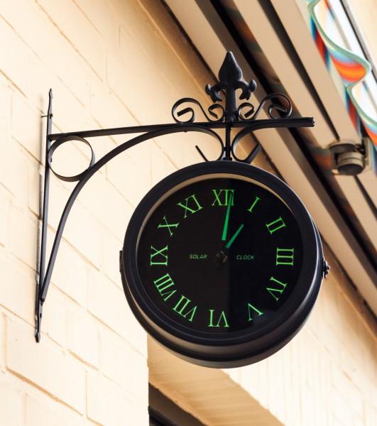 VARILANDO Deko-Bahnhofsuhr aus Metall im antik-Look mit Leuchtziffern Wanduhr Küchenuhr